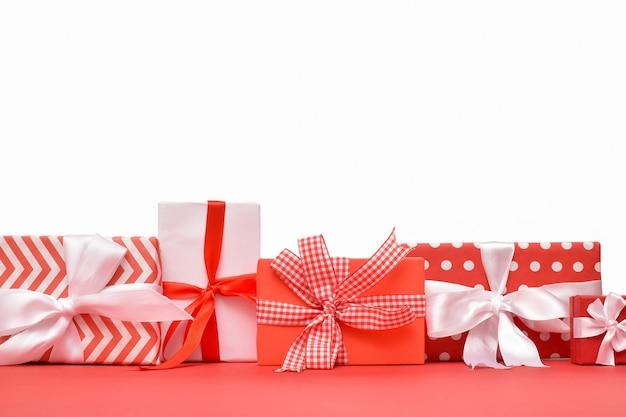 Divers coffrets cadeaux rouges et blancs isolés sur blanc. espace pour le texte. espace de copie.