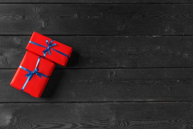 Divers coffrets cadeaux sur table en bois, vue de dessus
