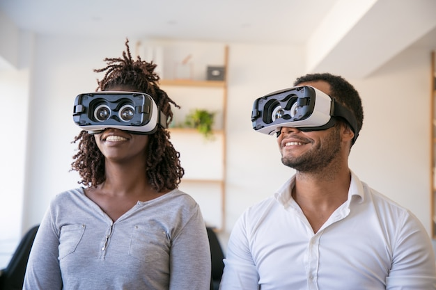 Divers collègues enthousiastes testant un casque de réalité virtuelle