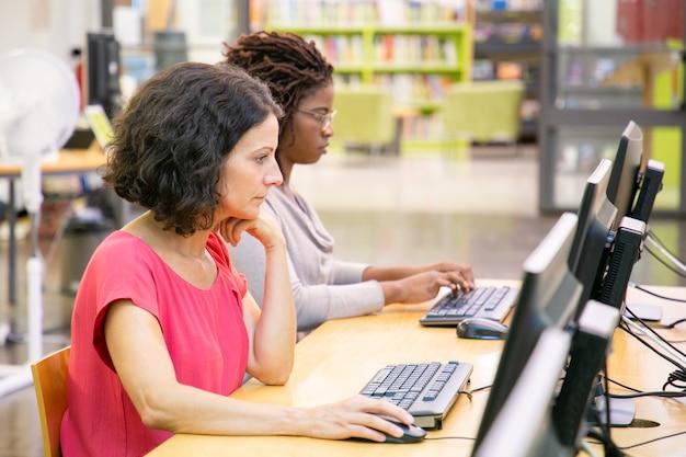 Divers collègues étudient avec ordinateur