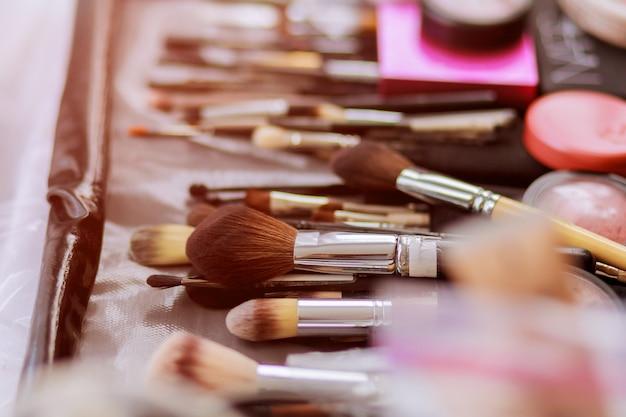 Divers composent collection de pinceaux professionnels closeup