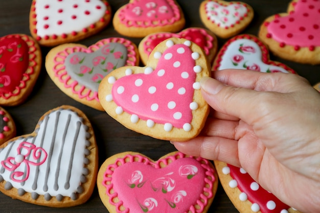 Divers cookies de glaçage royal en forme de coeur