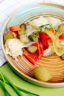 Divers cornichons servis en assiette