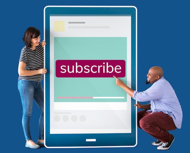 Divers couple tenant une tablette avec des graphiques