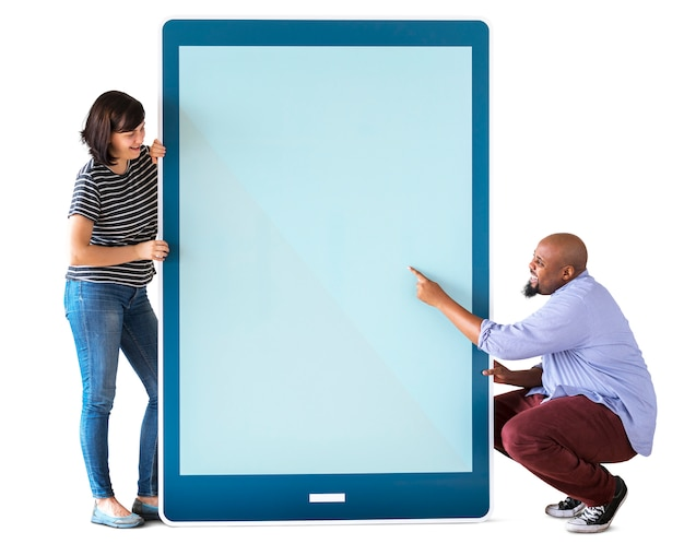 Divers couple tenant une tablette