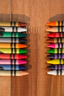 Divers craies de couleur sur la table en bois