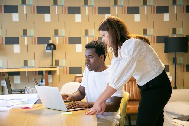 Divers designers regardent ensemble la présentation du projet