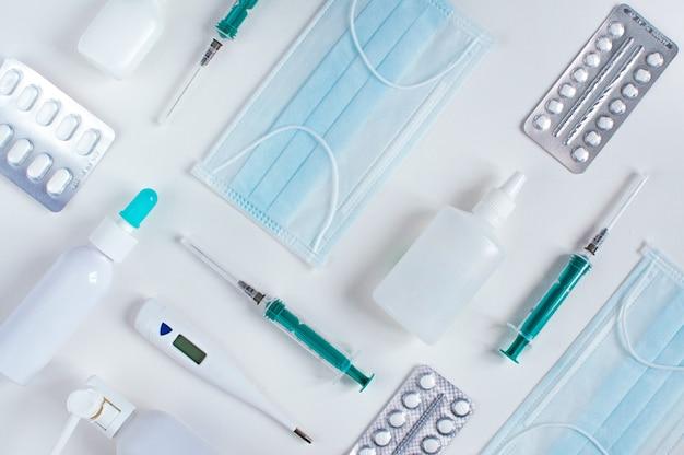 Divers dispositifs médicaux sur tableau blanc. knolling, catégoriquement.