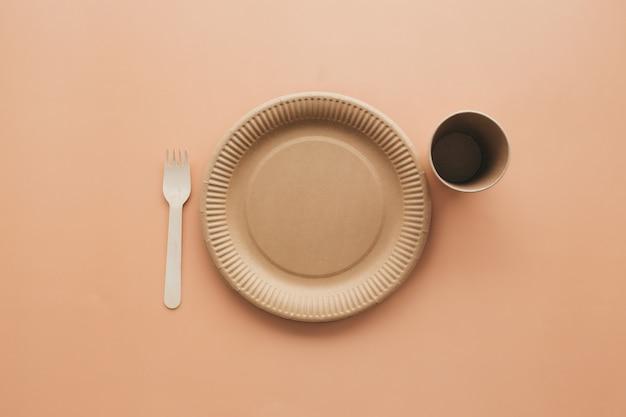 Divers emballages en papier kraft écologiques, fourchette, tasse et assiette, contenants pour plats à emporter. concept zéro déchet et recyclage. photo de haute qualité