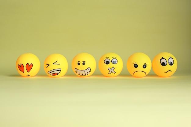 Divers emoji ou émoticône isolé sur fond jaune
