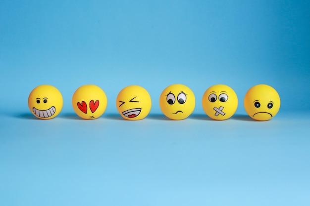 Divers émoticône jaune isolé sur fond bleu
