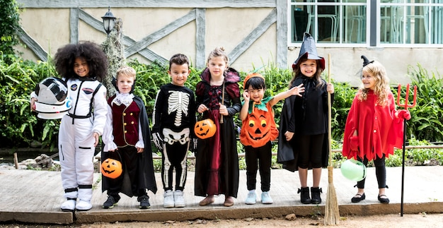 Divers enfants en costumes d'halloween