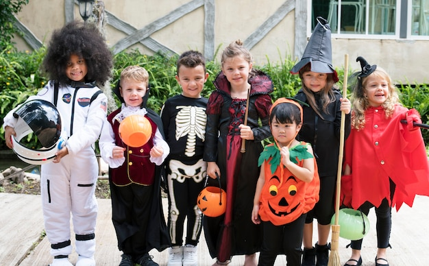 Divers enfants en costumes d'halloween