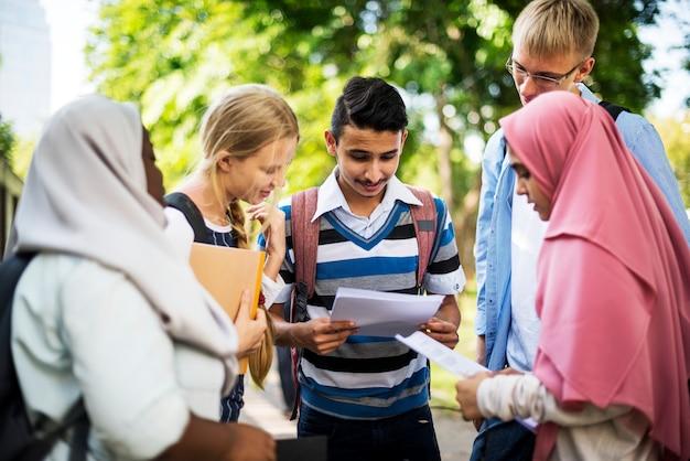 Divers enfants étudient en plein air
