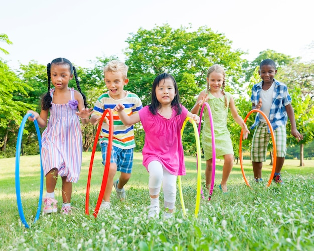Divers enfants mignons jouant dans le parc