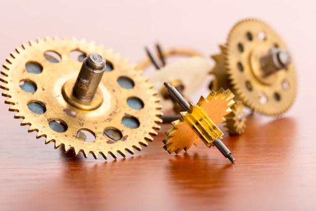 Divers engrenages d'horloge sur la table en bois