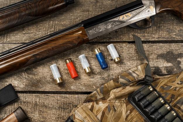 Divers équipements de chasse sur fond de bois ancien