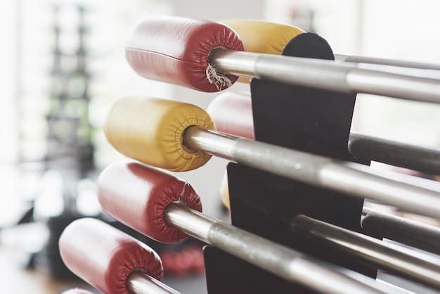 Divers équipements et machines dans la salle de gym.