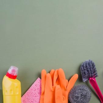 Divers équipements de nettoyage au fond de l'arrière-plan coloré