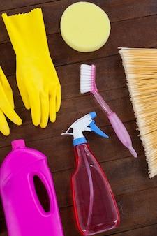 Divers équipements de nettoyage disposés sur un plancher en bois