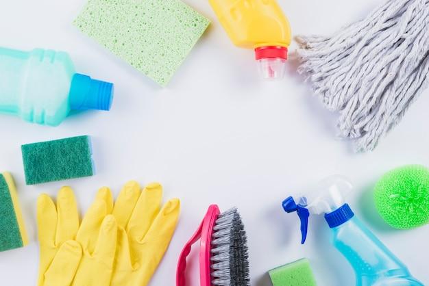 Divers équipements de nettoyage sur fond gris