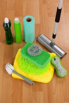 Divers équipements de nettoyage sur plancher en bois