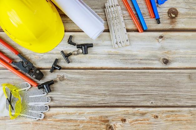 Divers équipements d'outils de plomberie sur clés à molette, clés, dans l'approvisionnement en eau