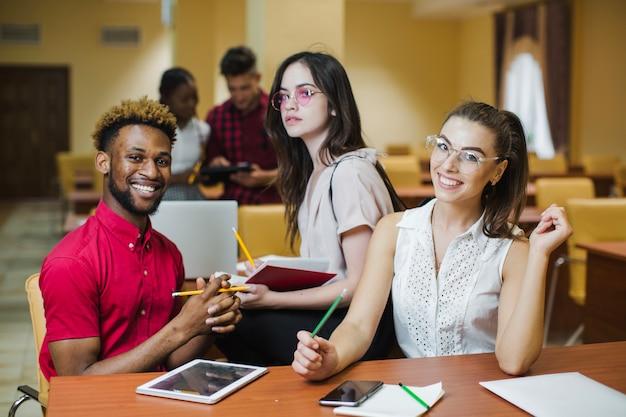 Divers étudiants posant en classe