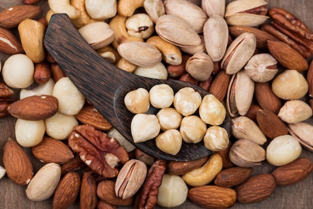Divers fond de collation et cuillère de noix bio