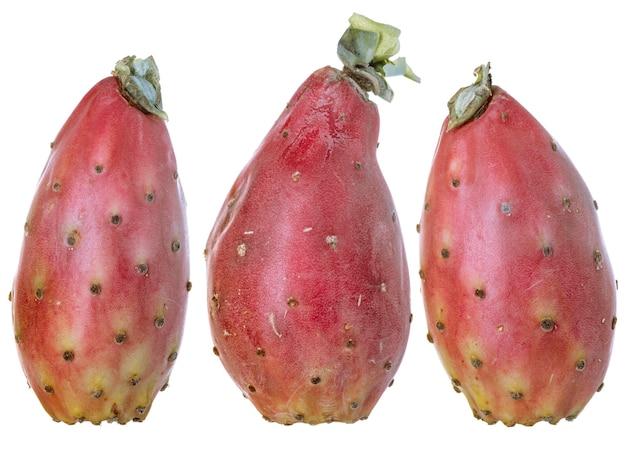 Divers fruits de cactus pelés, opuntia isolé sur blanc