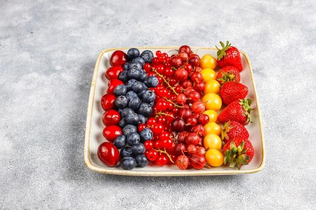Divers fruits frais d'été, bleuets, groseilles rouges, vue de dessus.