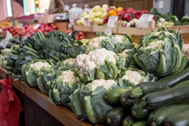 Divers fruits et légumes sur le marché agricole de la ville