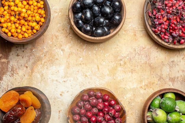 Divers fruits naturels et frais dans des pots en bois marron