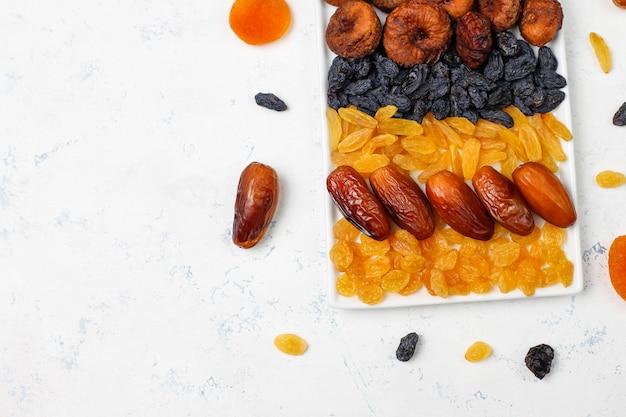 Divers fruits secs, dattes, prunes, raisins secs et figues