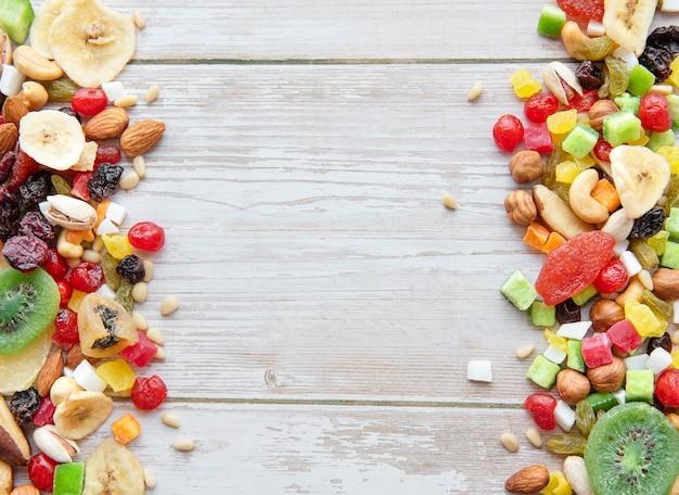 Divers fruits secs et noix sur un fond en bois
