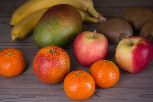Divers fruits sur une table en bois une alimentation saine riche en vitamines et antioxydants