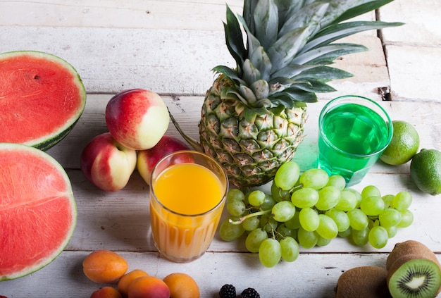 Divers fruits sur la table en bois blanche