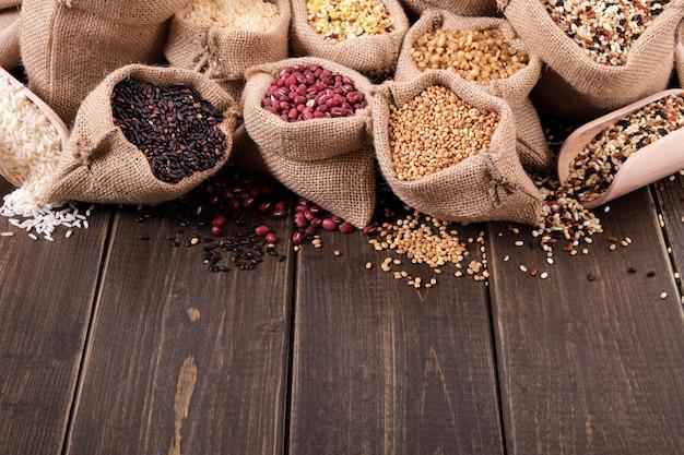 Divers grains et céréales en sac