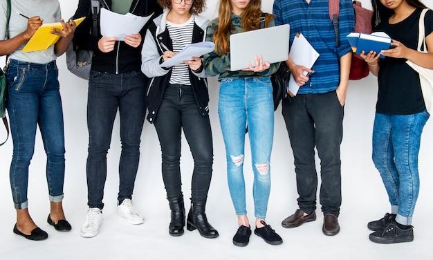 Divers groupe d'adolescents tirent