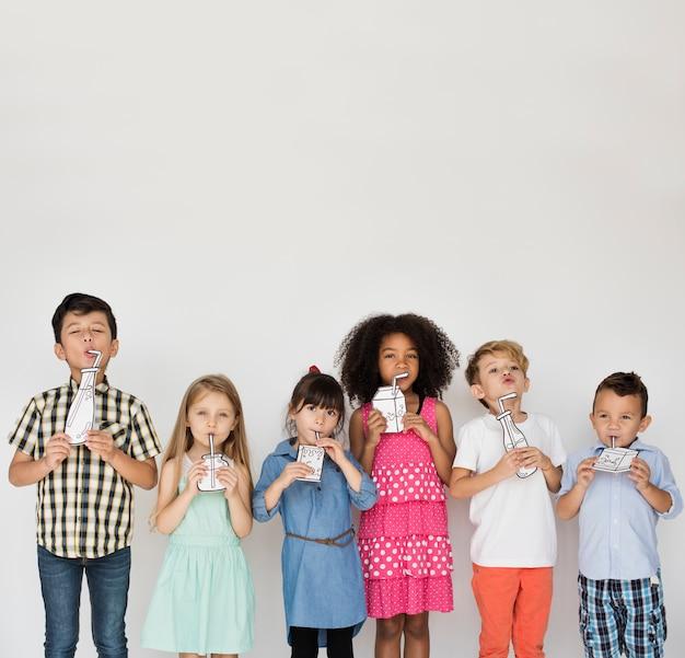 Divers groupe d'enfants debout dans une rangée de portraits