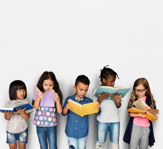 Divers groupe d'enfants étudient lire livre