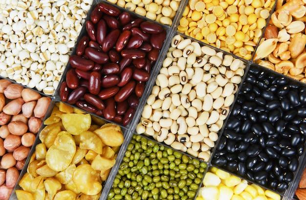 Divers haricots mélange pois agriculture différents grains entiers haricots et légumineuses graines lentilles et noix