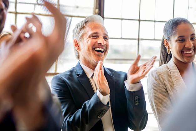 Divers hommes d'affaires applaudissant de joie