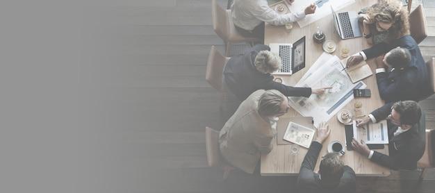 Divers hommes d'affaires ayant une réunion