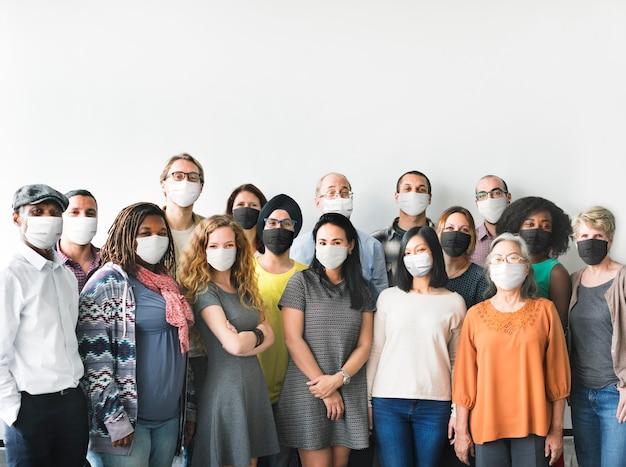 Divers hommes d'affaires en démarrage avec des masques dans la nouvelle normalité