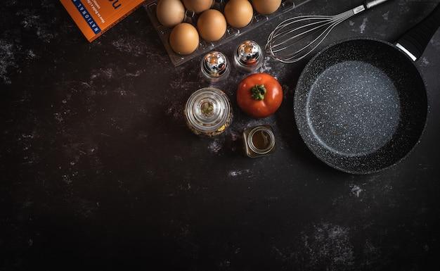 Divers ingrédients alimentaires sur un fond sombre avec un espace pour le texte ou un message