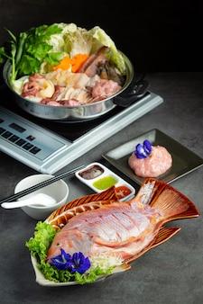 Divers ingrédients de hot pot shabu avec sauce
