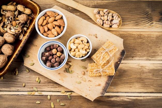 Divers ingrédients sains et barre de protéines sur une planche à découper