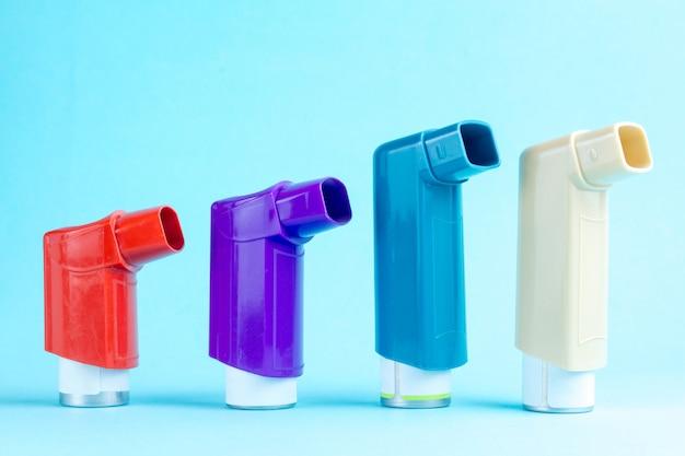 Divers inhalateurs d'asthme sur fond bleu