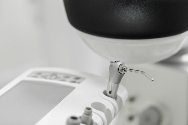 Divers instruments et outils dentaires dans un cabinet de dentiste